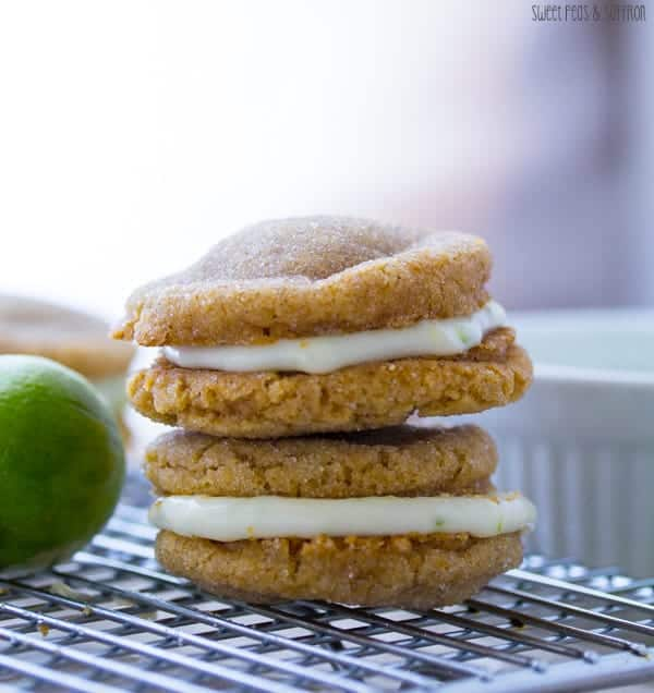 Key Lime Pie Sandwich Cookies: key lime cream cheese filling is sandwiched between two soft graham cracker sugar cookies | sweetpeasandsaffron.com
