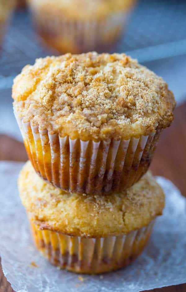 Apple Coffee Cake Muffins- cinnamon-swirled apple muffins with a buttery brown sugar crumble #apple