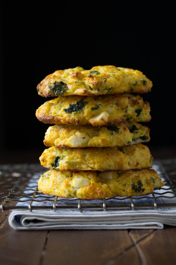"""ıspanaklı ve beyaz peynirli beş balkabağı çörek yığını """"srcset ="""" https://sweetpeasandsaffron.com/wp-content/uploads/2016/02/Butternut-Squash-Feta-and-Kale-Scones-3-600x900.jpg 600w , https://sweetpeasandsaffron.com/wp-content/uploads/2016/02/Butternut-Squash-Feta-and-Kale-Scones-3-768x1152.jpg 768w, https://sweetpeasandsaffron.com/wp-content/ uploads / 2016/02 / Butternut-Squash-Feta-and-Kale-Scones-3-683x1024.jpg 683w, https://sweetpeasandsaffron.com/wp-content/uploads/2016/02/Butternut-Squash-Feta-and -Kale-Scones-3-200x300.jpg 200w, https://sweetpeasandsaffron.com/wp-content/uploads/2016/02/Butternut-Squash-Feta-and-Kale-Scones-3.jpg 1200w """"boyutları ="""" (maks. genişlik: 400 piksel) 100vw, 400 piksel"""