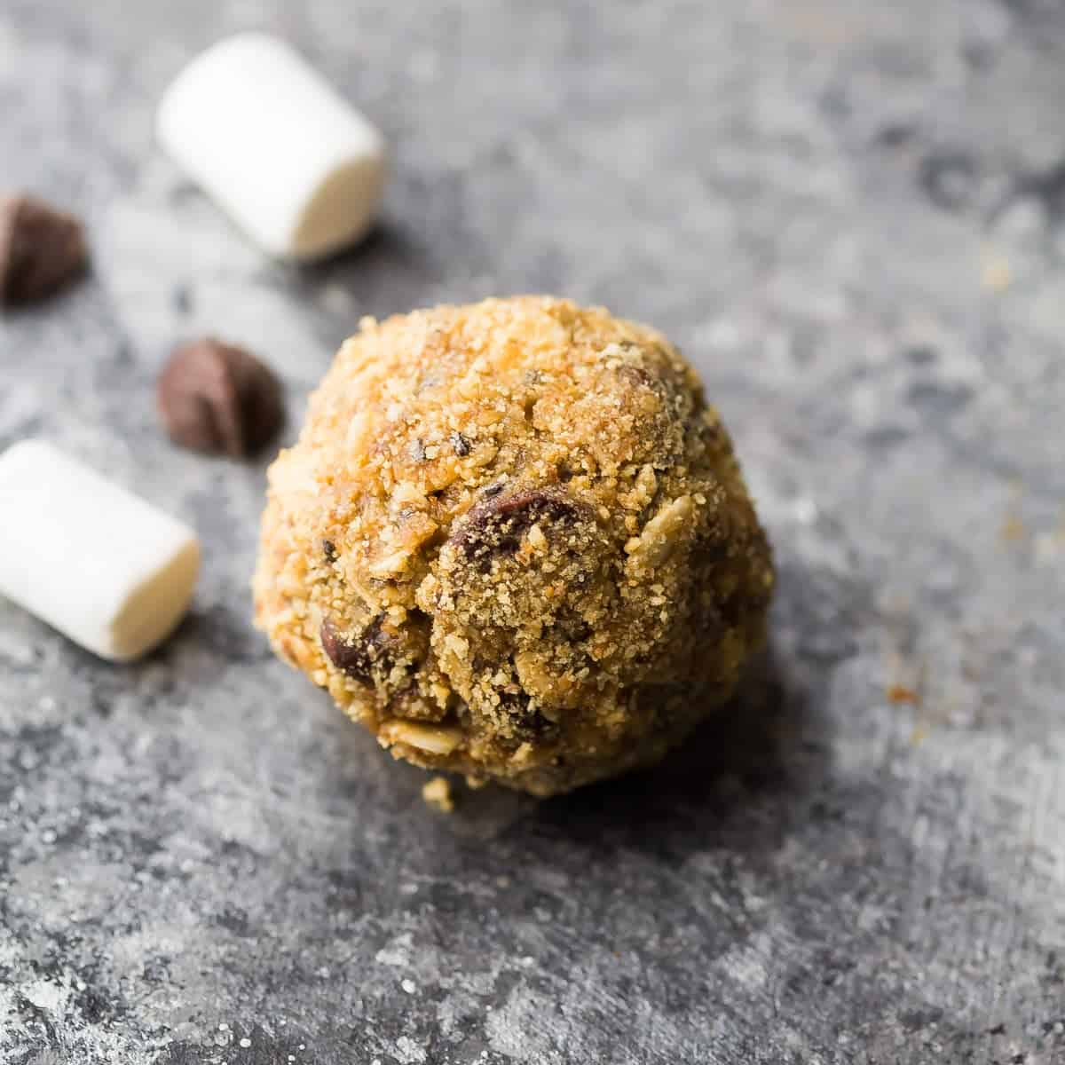 SEVEN delicious no bake energy balls! These vegan, gluten-free, high protein snacks are perfect to prep ahead and stash in the fridge or freezer. #sweetpeasandsaffron #energybite #mealprep