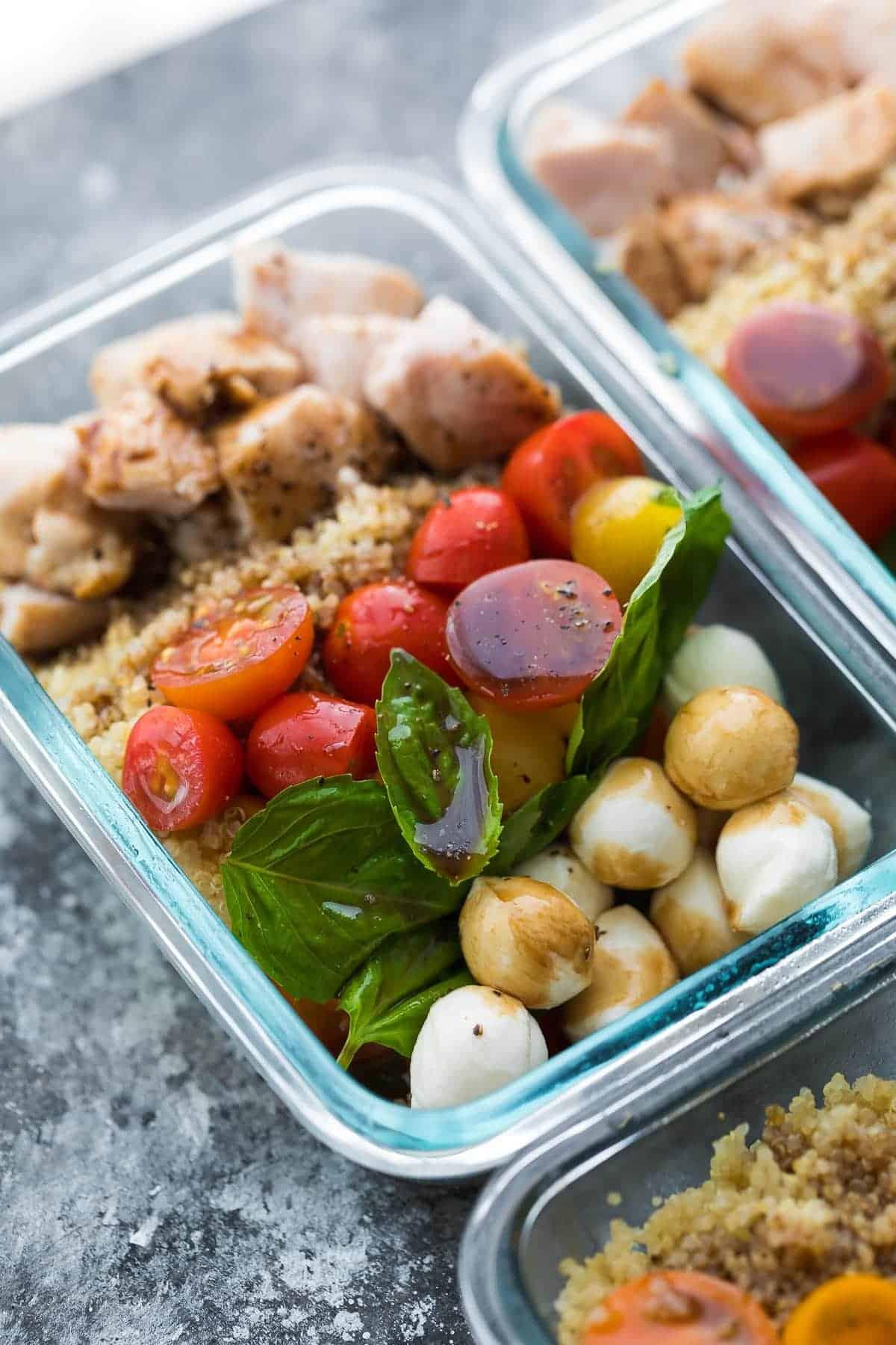 Caprese Tavuk Salatası Yemek Hazırlama Kaselerinin yakın çekim