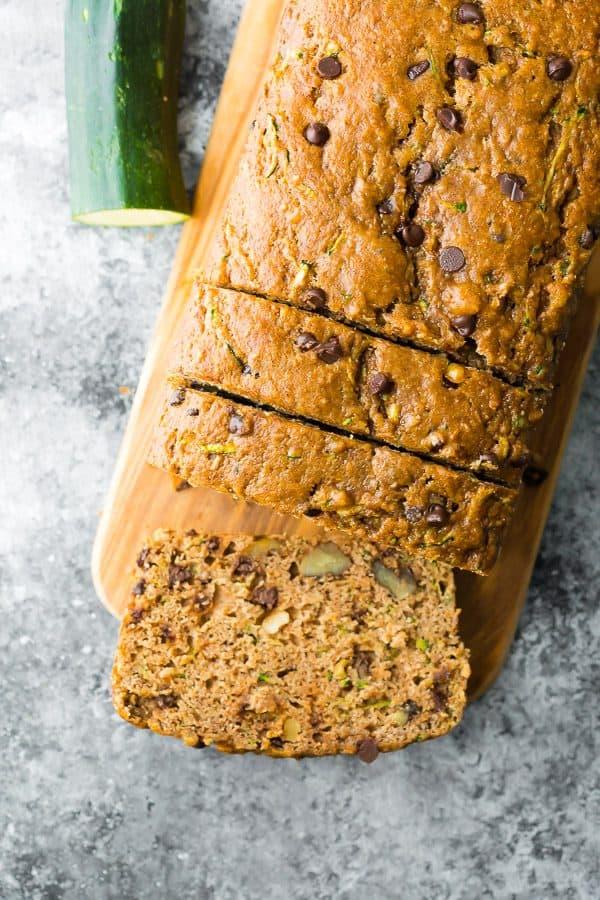 kesme tahtası üzerinde dilimlenmiş sağlıklı kabak ekmeği tarifinin üstten görünümü