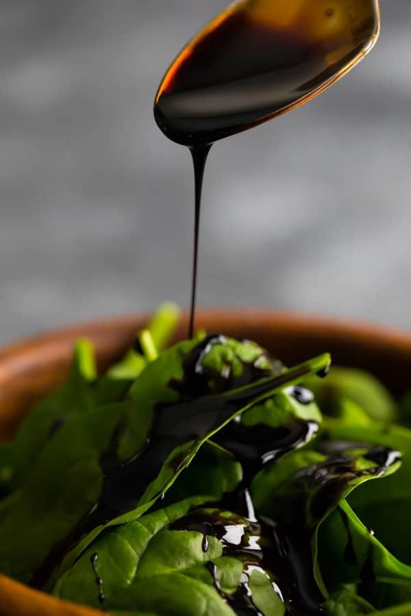 balzamik sosun salataya serpilmesi