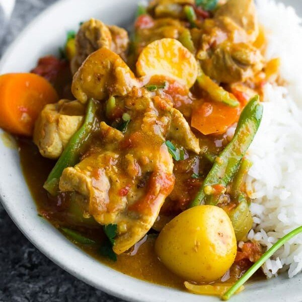 close up shot of easy chicken curry in gray bowl