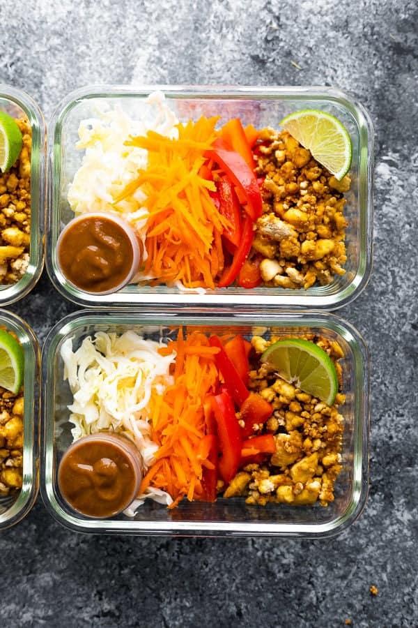 limon dilimli ve soslu cam kaplarda tofu böreği kaselerinin üstten görüntüsü
