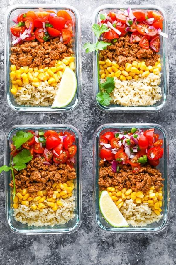 hindi taco yemeği hazırlama kaseleriyle doldurulmuş dört kabın üstten görüntüsü