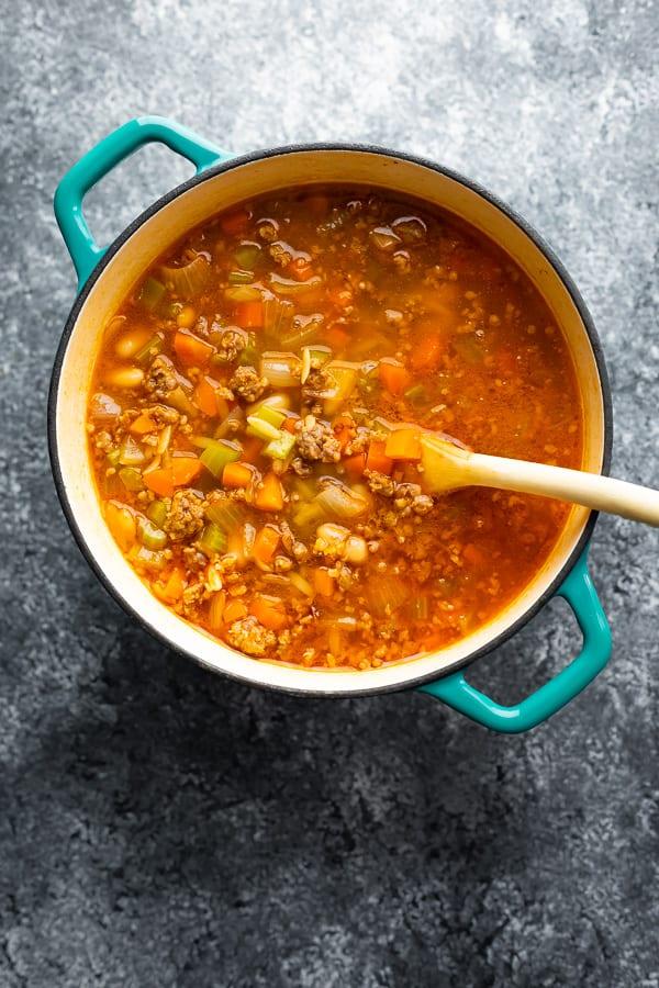 sosis beyaz fasulye çorbası pişirme sonra tencerede.
