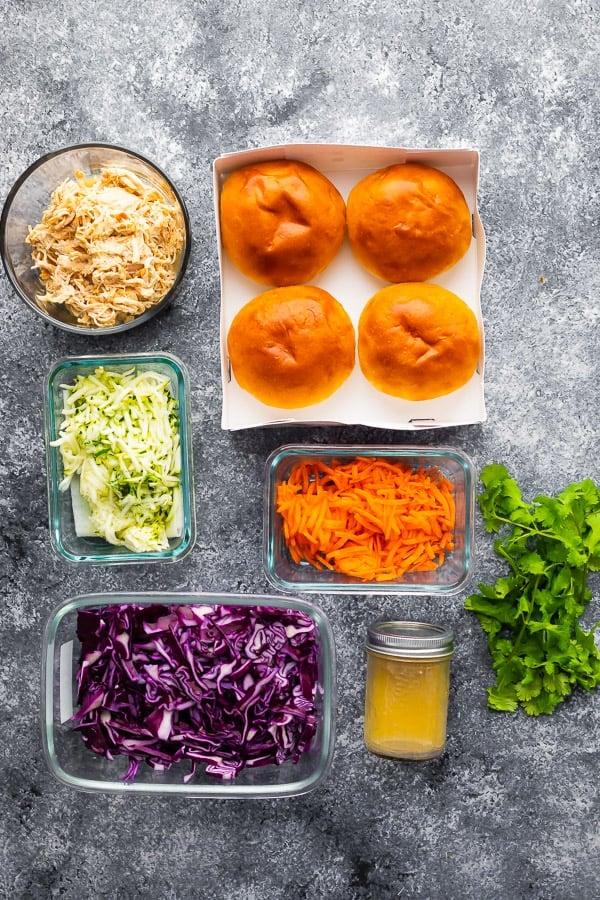 rendelenmiş tavuk sandviç tarifi için gerekli malzemelerin havai çekim