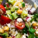sebzeler, nane ve beyaz peynir ile orzo makarna salatası