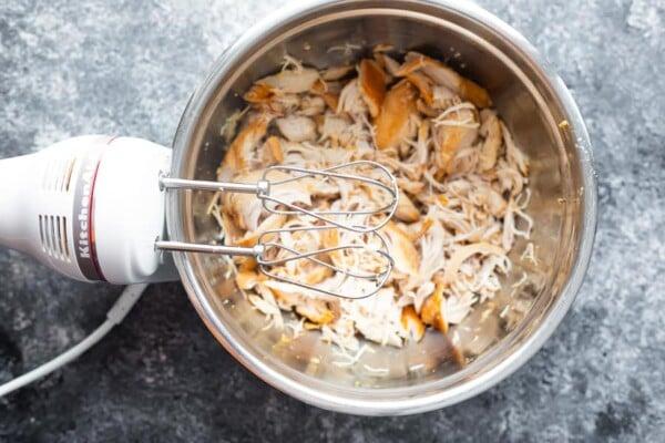 nasıl bir el mikseri ile tavuk parçalamak gösteren