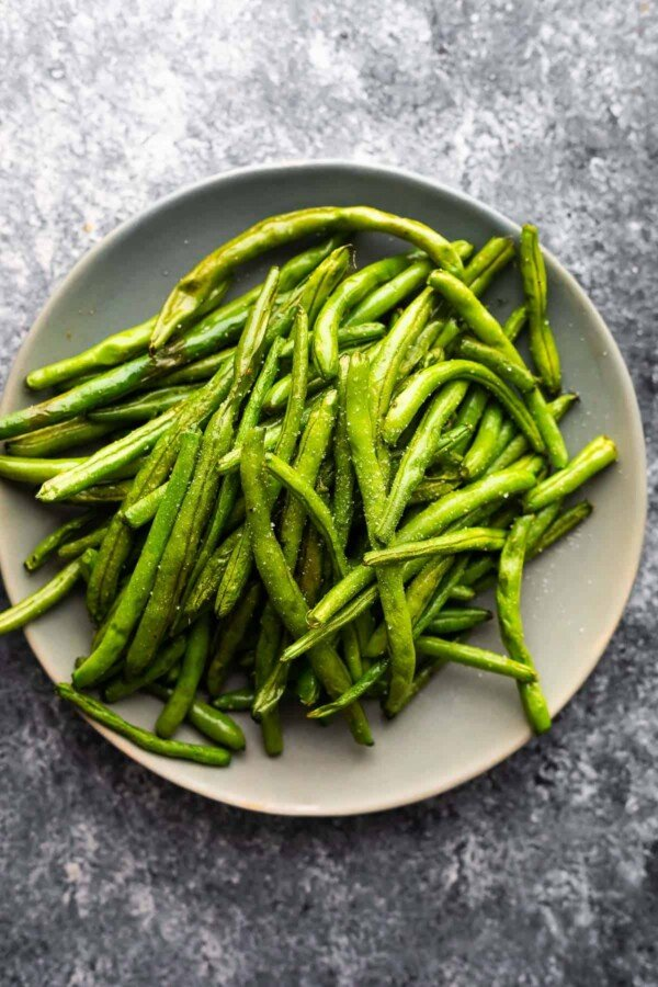 overhead view of air fryer green beans on grey plate