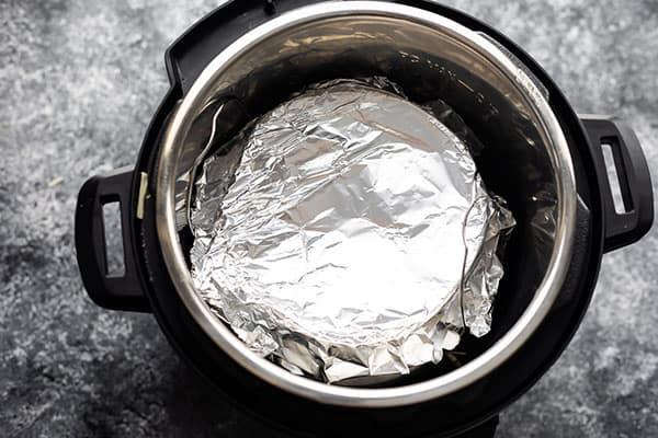 hazır tencerede folyo ile gevşek bir şekilde kaplı kahvaltı güveci