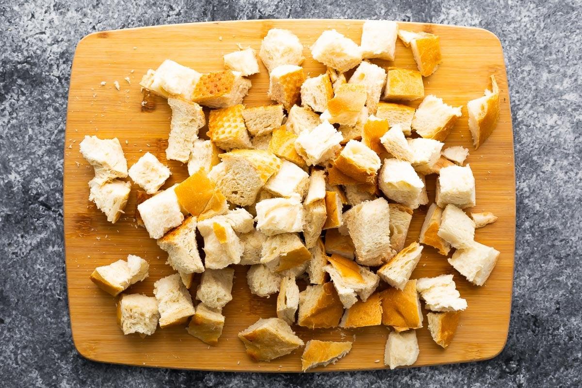 kesme tahtası üzerinde ekmek küpleri