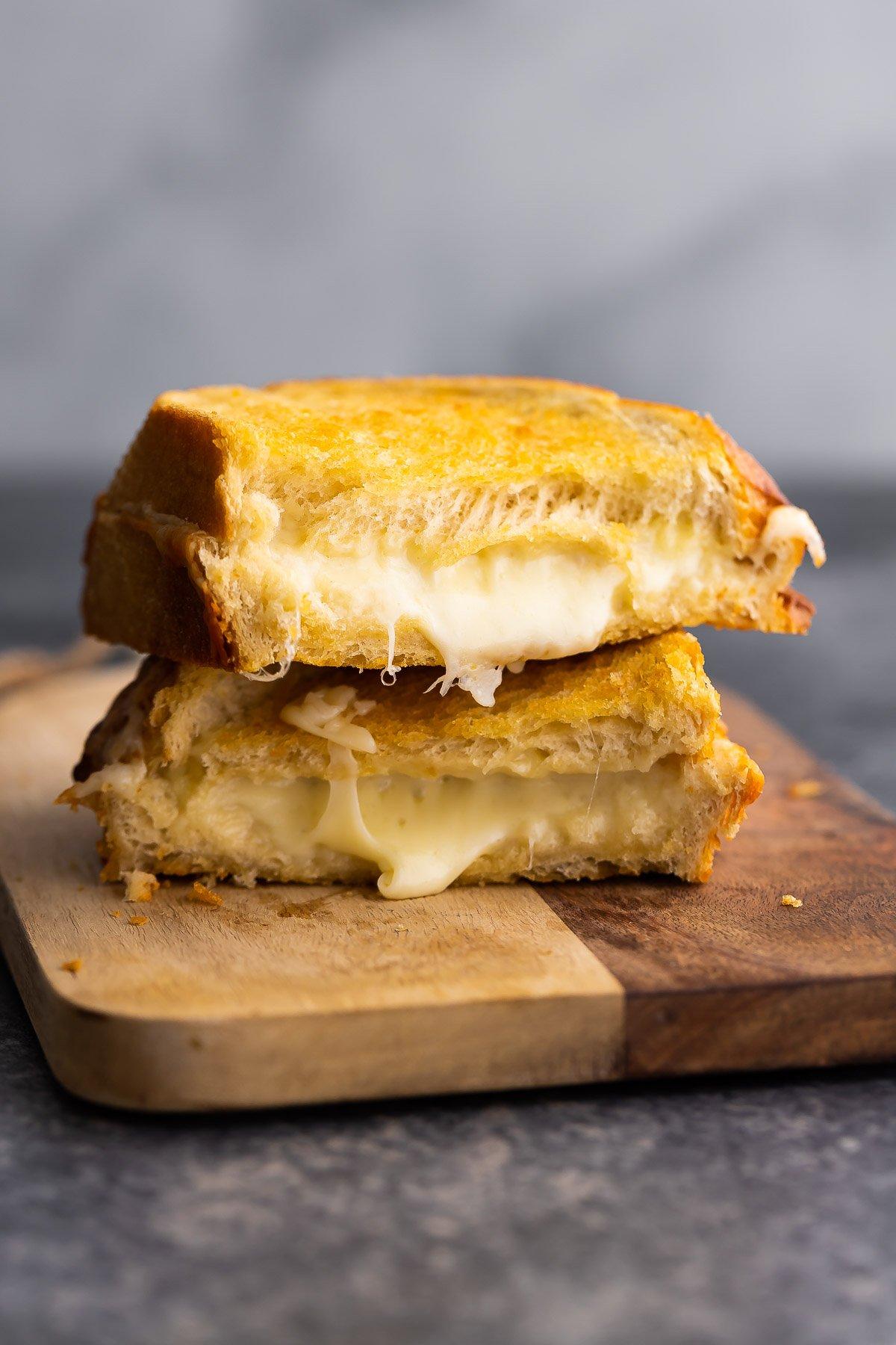 ızgara peynir, erimiş peyniri ortaya çıkaran kesme tahtası üzerine istiflenmiş