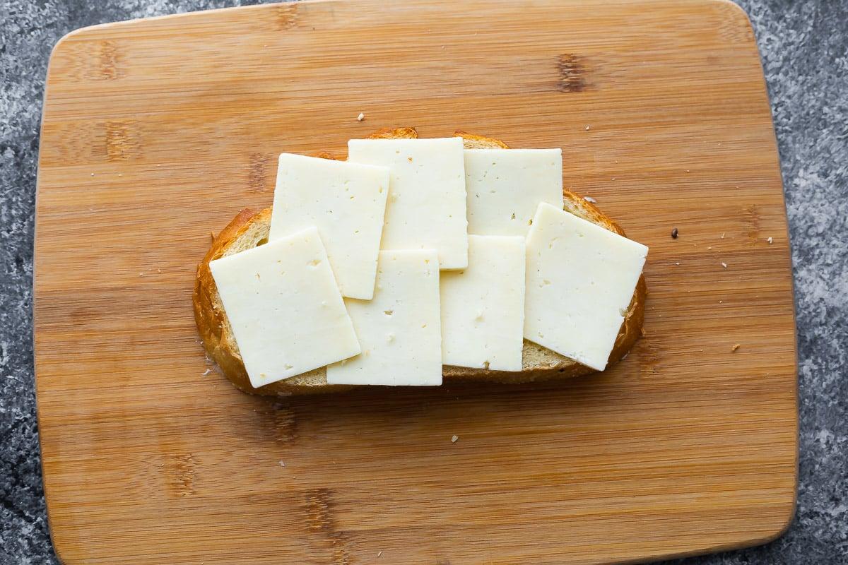 kesme tahtası üzerinde ekşi mayalı ekmek üzerine aranjman peynir