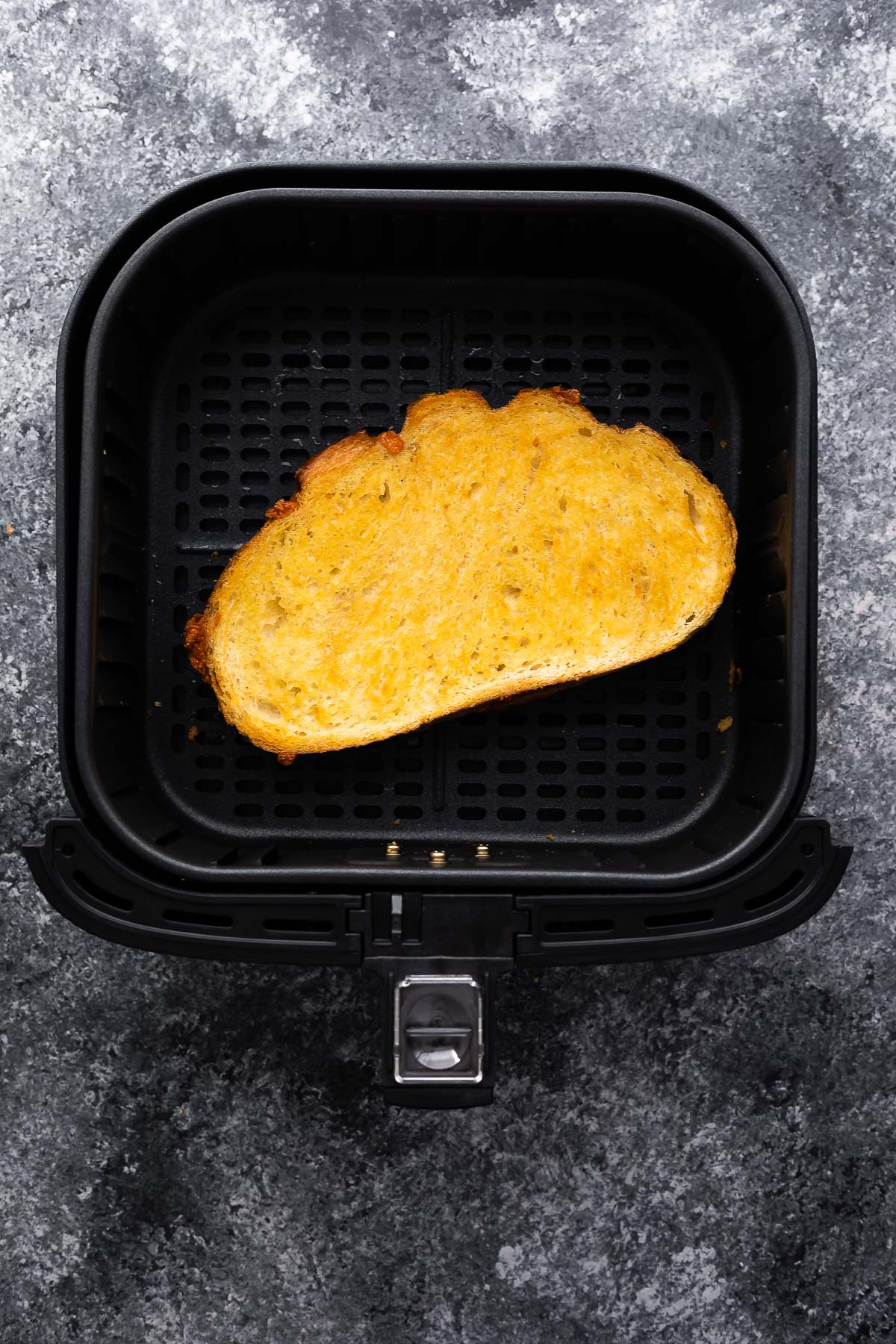 hava fritöz sepetinde oturan pişmiş ızgara peynir