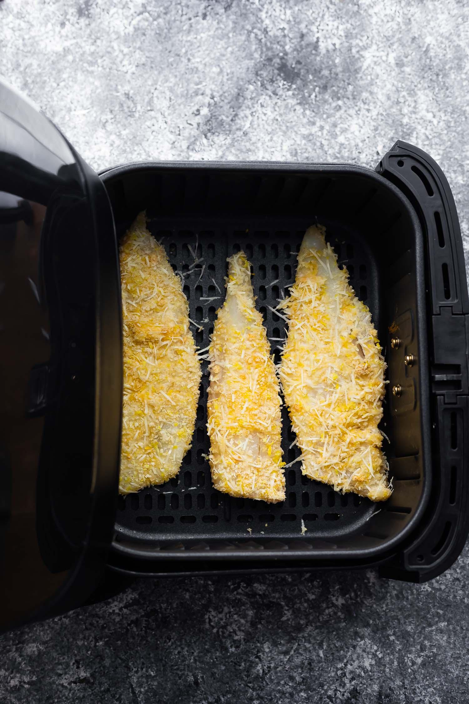 pişirmeden önce fritözde panelenmiş balık