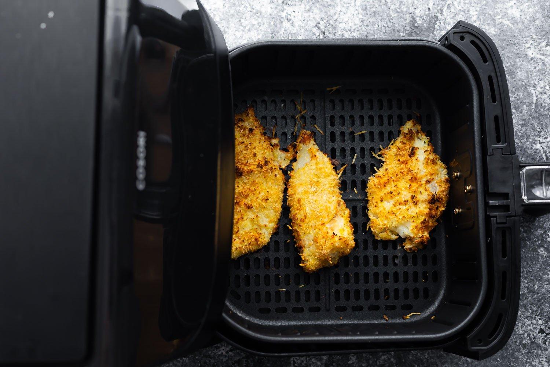 pişirdikten sonra fritöz balığı; hava fritöz sepetinde