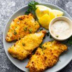 limon dilimleri ve tartar soslu tabakta çıtır fritöz balık