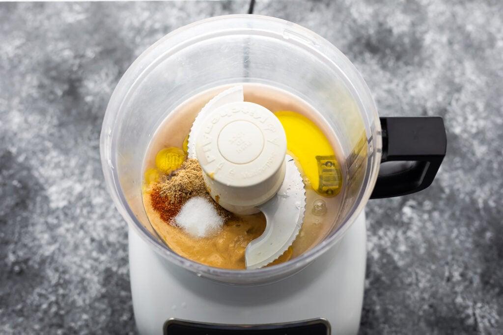 siyah fasulye humusu yapmak için mutfak robotuna eklenen ilk malzeme seti