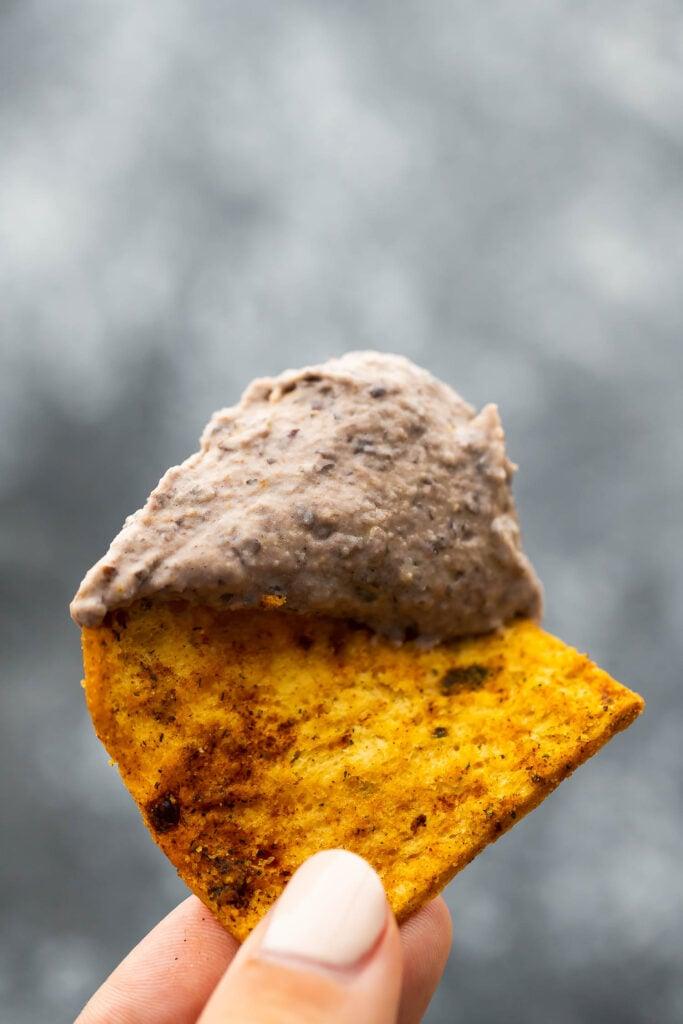 pide üzerinde siyah fasulye humusu (yakın çekim)