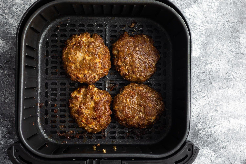 hava fritöz sepetinde pişmiş hamburger
